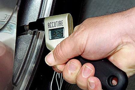 Kiểm tra lốp xe trước khi đi hành trình dài