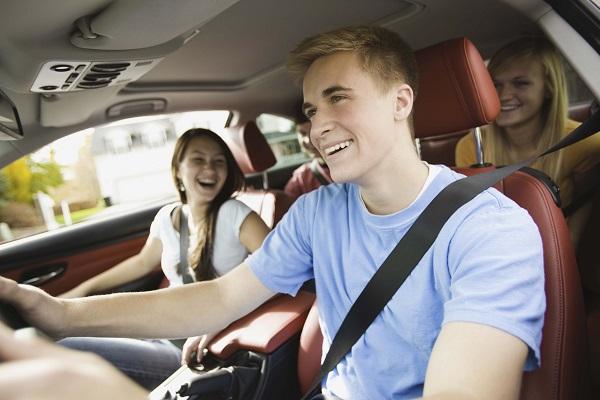 Thuê xe tự lái hay kèm tài xế?